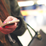 mobilni-telefon-zenska-roka-FB