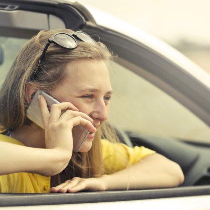 zenska-mobilni-telefon-gostovanje-roaming-avto-FB