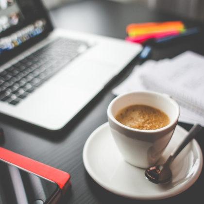 racunalnik-kava-pisanje-FB