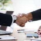 stisk-roke-zaupanje-poslovanje