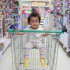 nakupovanje-vozicek-otrok-trgovina