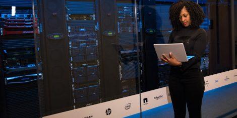 streznik-superracunalnik-server-room-racunalnik
