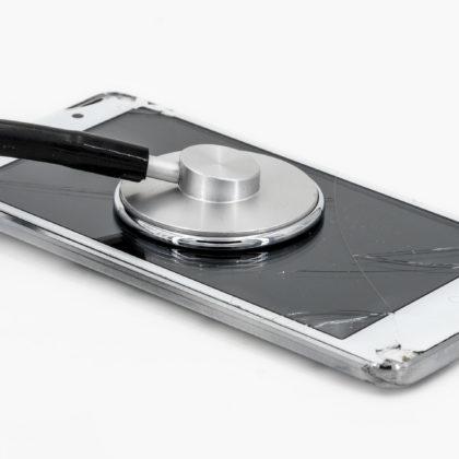 mobilni-telefon-pocen-zaslon