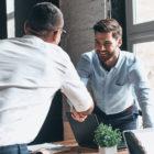 sodelovanje-sklenjen-posel-stisk-rok