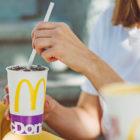 McDonalds-Slovenija-papirnata-slamica-lesena-zlica-pribor